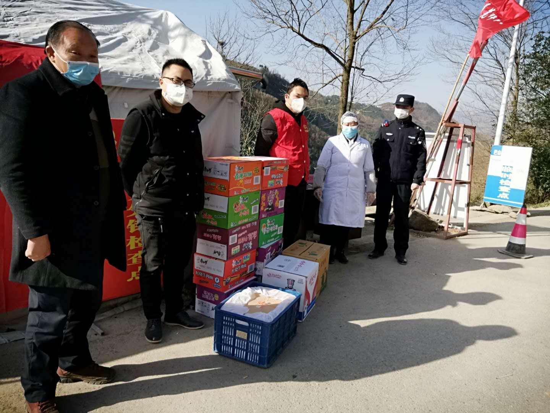西安商报社员工在家乡慰问疫情防控点获赞